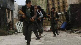 Forças rebeldes combatem o avanço do grupo Estado Islâmico no norte de Aleppo.