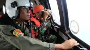 Спасатели в зоне катастрофы лайнера Aibus A-320-200