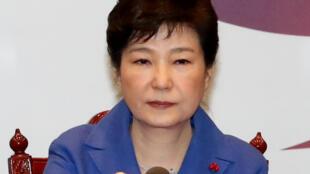 遭到议会弹劾的朴槿惠召开紧急国务(内阁)会议,商讨弹劾 案后的对策。2016年12月9号