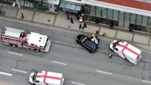 Un grupo médico socorre a las víctimas del ataque con arma blanca. Vancouver, Canadá.