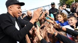 Kylian Mbappé greets fans at the Léo Legrange stadium in Bondy
