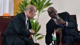 Le ministre français des Affaires étrangères, Jean-Yves le Drian (g.), et le Premier ministre ivoirien, Amadou Gon Coulibaly, le 18 octobre 2018 à Yamoussoukro.