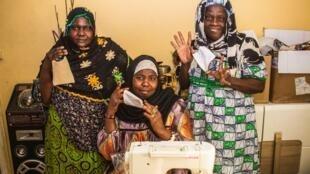 Les femmes de l'association ACDG se sont mobilisées pour confectionner des masques et les offrir aux populations de Nogent-Sur-Oise, en banlieue parisienne.