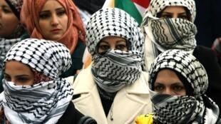 Etudiantes palestiniennes coiffées du keffieh à Hébron, ville où se trouve la seule usine de Keffieh. Photo, le 17 avril 2013 Hébron