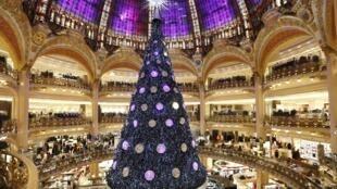 Gigantesca árvore de Natal foi instalada na Galeria Lafayette, em Paris.