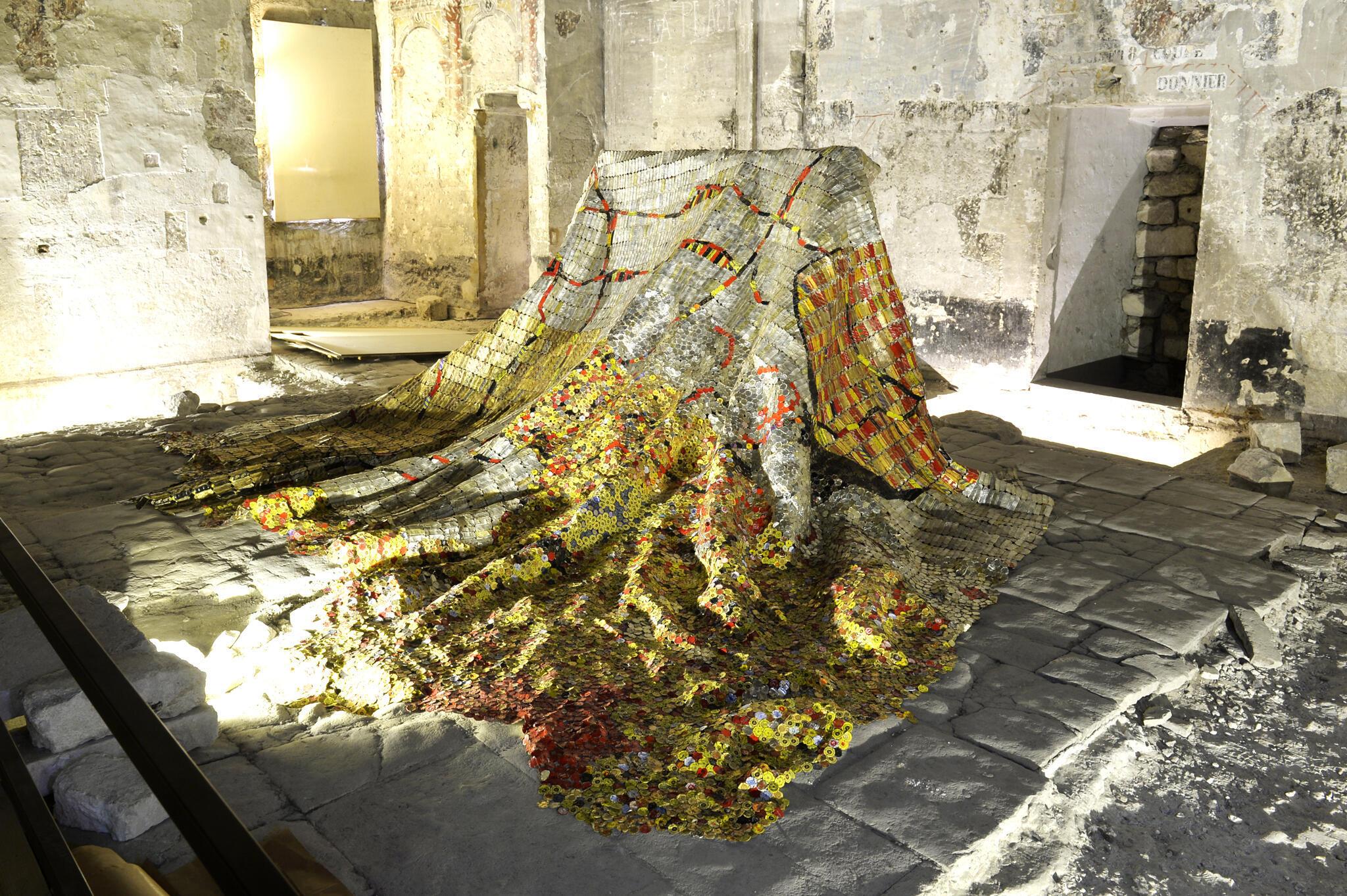Une installation d'El Anatsui exposée à l'intérieur du Palais des Papes à Avignon.