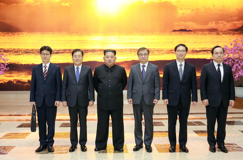 Lãnh đạo Bắc Triều Tiên Kim Jong Un và phái đoàn Hàn Quốc do ông Chung Eui-Yong, cố vấn an ninh quốc gia, dẫn đầu, Bình Nhưỡng, 06/03/2018.