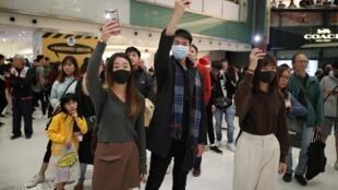 """香港示威者12月25日在沙特购物广场""""打灯照明""""抗议政府"""