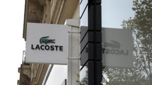 L'histoire a débuté en 1933 quand le tennisman français René Lacoste donne naissance à la marque Lacoste.