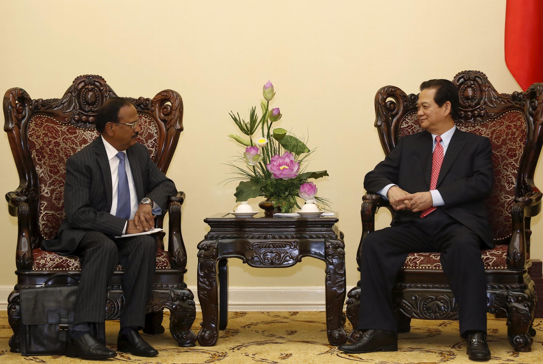Thủ tướng Việt Nam Nguyễn Tấn Dũng (P) tiếp lãnh đạo Cơ quan An ninh  Quốc gia Ấn Độ Ajit Doval, Hà Nội, 03/04/2015
