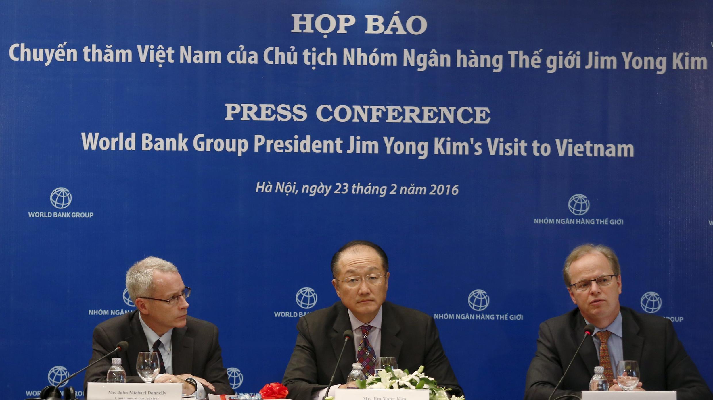 Chủ tịch Ngân Hàng Thế Giới (WB) Jim Yong Kim (G) họp báo về chuyến thăm Việt Nam tại Hà Nội ngày 23/02/2016.