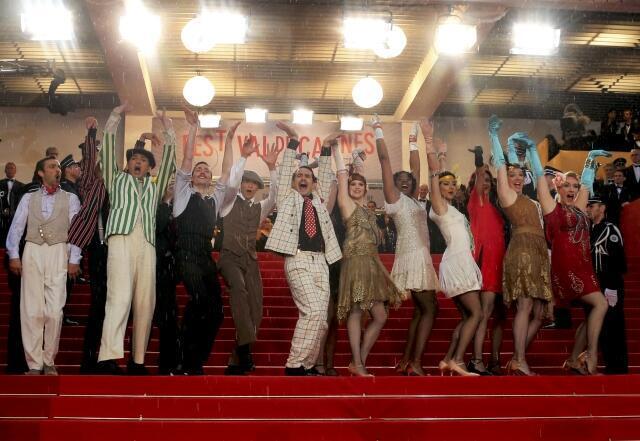 Dançarinos fazem performance inspirada no filme O Grande Gatsby na abertura do Festival de Cinema de Cannes.