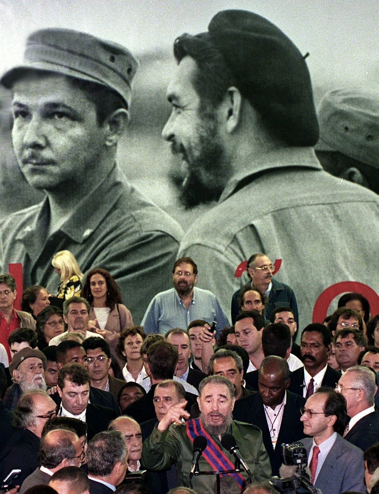 Photographie murale d'Ernesto Guevara en compagnie de Raul Castro, dans un musée au Brésil en 1999.