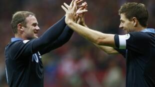 Rooney da Gerrard suna tafawa bayan Rooney ya zira kwallo a ragar Poland
