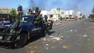 Polisi wa kutuliza ghasia wakipiga kambi mjini Livingstone