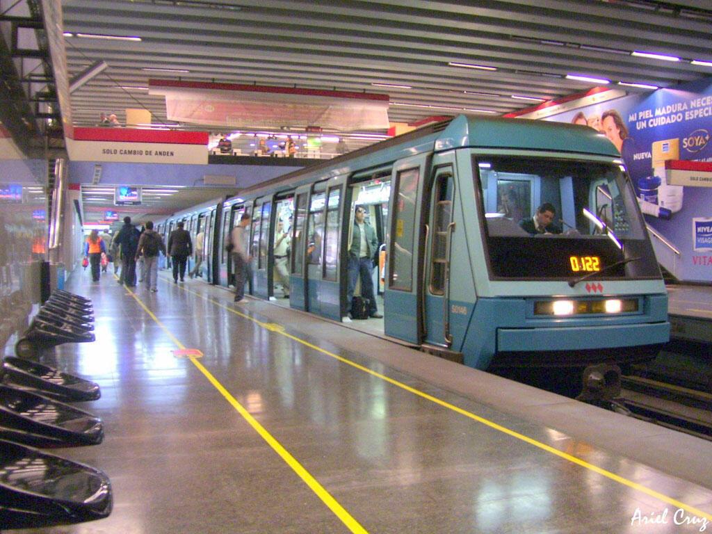 Metro de Santiago au Chili. Sur la ligne 1, la rame NS-93 à la station Tobalaba; 60% de l'électricité utilisée provient de l'énergie solaire ou éolienne.