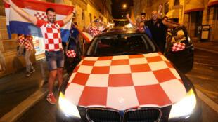Cổ động viên Croatia ăn mừng tại Zagreb vì đội nhà thắng đội tuyển Anh và vào chung kết, ngày 11/07/2018.
