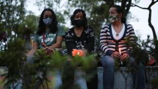 Mujeres participan en una vigilia para exigir respeto a la vida de los manifestantes durante las protestas contra la política social y económica del gobierno del presidente colombiano Iván Duque, en Bogotá.