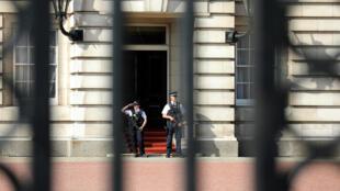 Охрана у входа в Букунигемский дворец, 26 августа 2017 года.