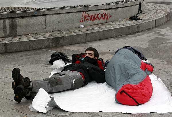 Manifestantes duermen en Puerta del Sol, el 19 de mayo de 2011.