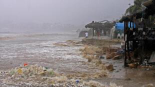 Image de la plage d'Acapulco, le 15 septembre 2013. L'ouragan Ingrid et les pluies tropicales dévastent le Golfe du Mexique.