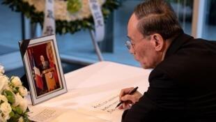 中国国家副主席王岐山前往法国驻华使馆吊唁希拉克逝世            2019年9月28日