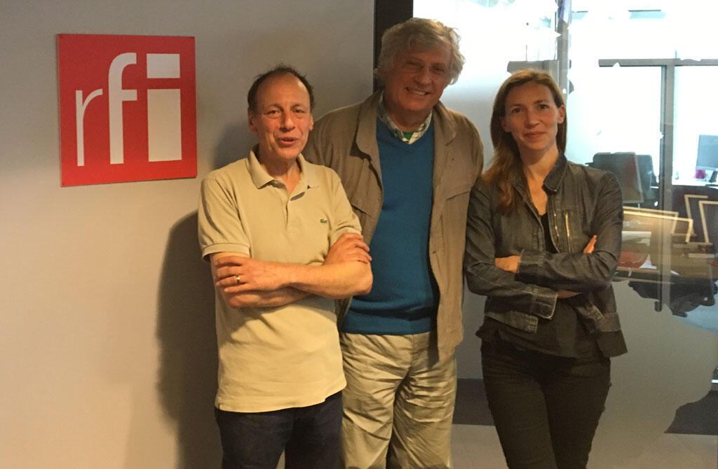 Toufik Benaïchouche aux côtés de ses invités : Steven Ekovich et Maya Kandel à RFI.