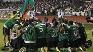 Les Zambiens fêtent leur victoire à la CAN 2012, le 12 février 2012.