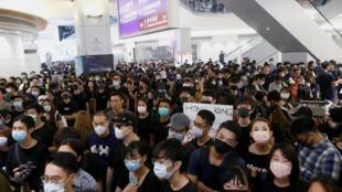 Người biểu tình đứng chật kín lối ra máy bay tại phi trường Hồng Kông ngày 13/08/2019.