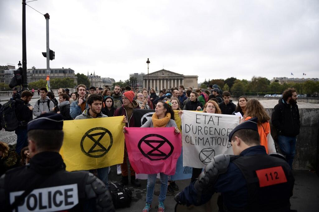 Участники движения Extinction Rebellion перед зданием Национального собрания, 12 октября 2019 г.