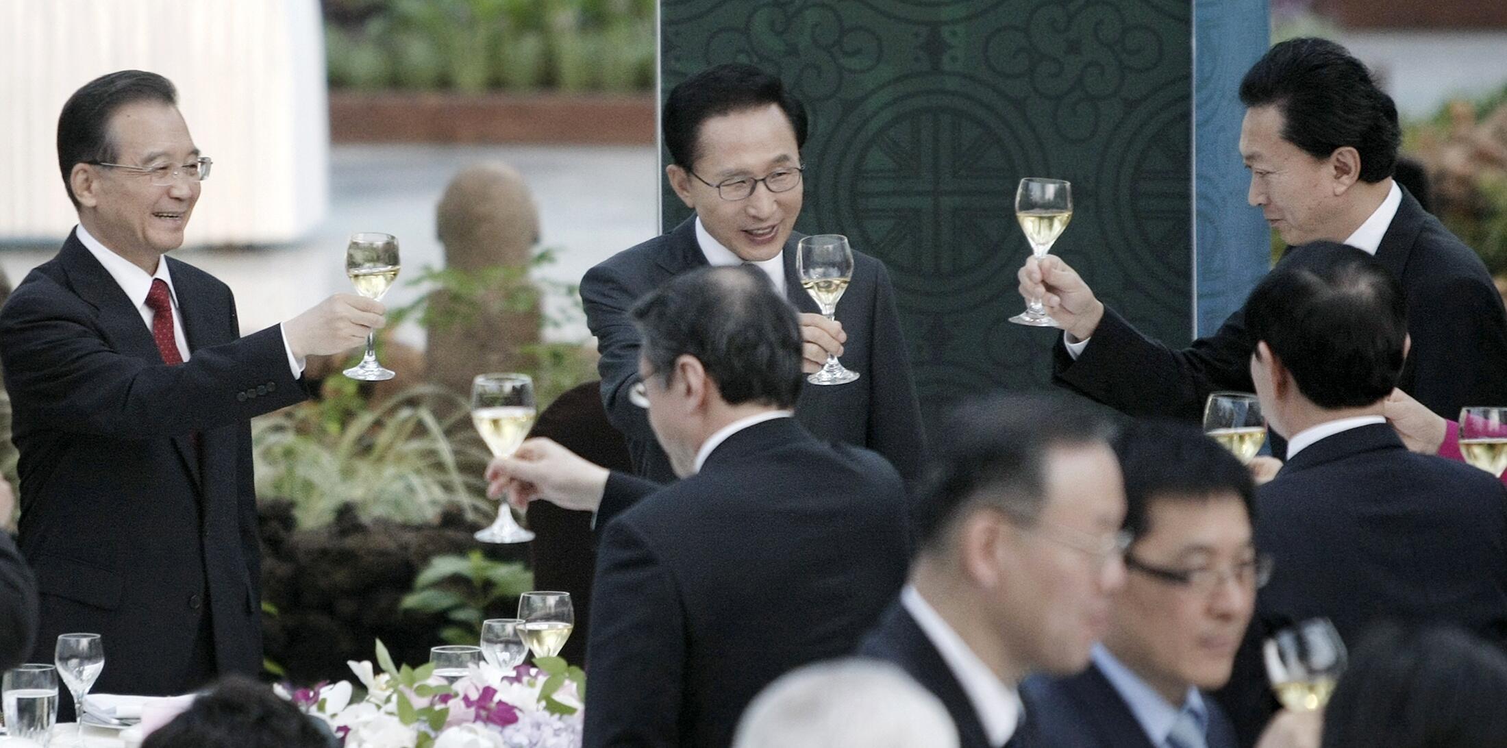 South Korean President Lee Myung-bak and Chinese PM Wen Jiabao in Seogwipo