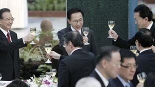South Korean President Lee Myung-bak and Chinese PM Wen Jiabao in Seogwipo