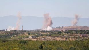 Des panaches de fumée s'élèvent du village de  Jabal al-Zawiya dans la région d'Idleb suite à un bombardement des forces gouvernementales syriennes, le 15 septembre.