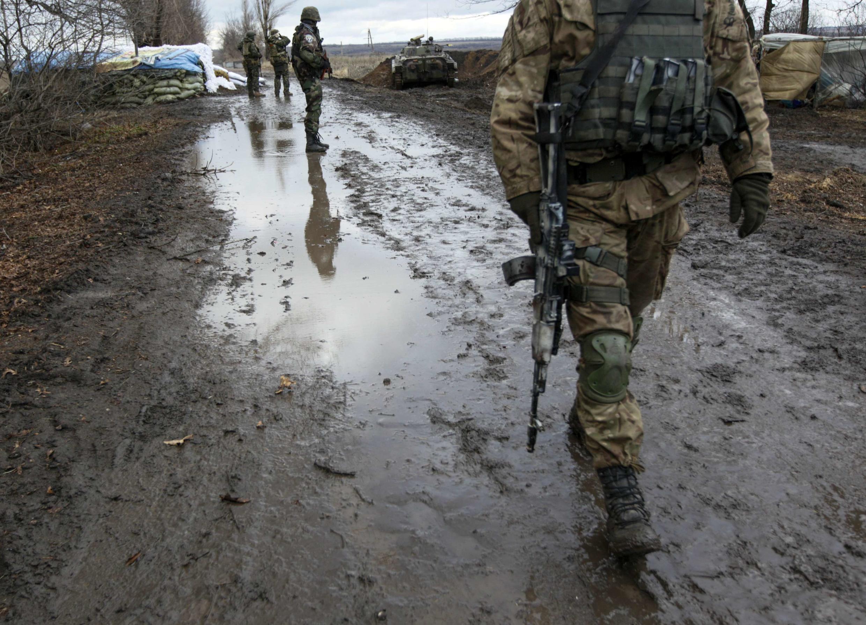 Soldado ucraniano visita checkpoint perto da cidade de Debaltseve, na região de Donetsk, a leste do país, neste 24 de dezembro de 2014.