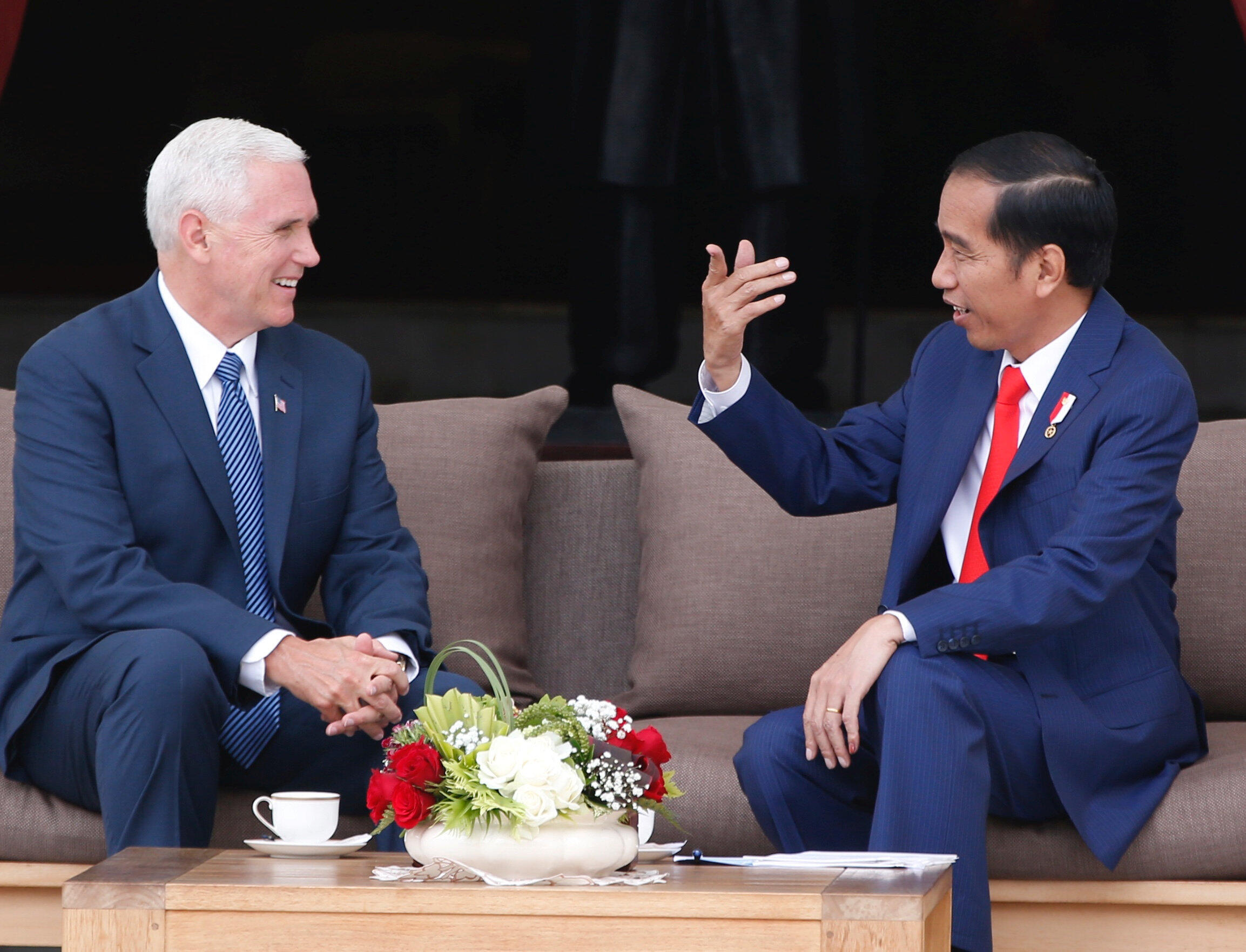 Tổng thống Joko Widodo (P) tiếp phó tổng thống Mỹ Mike Pence, tại phủ tổng thống, Jakarta, Indonesia, ngày 20/04/2017.