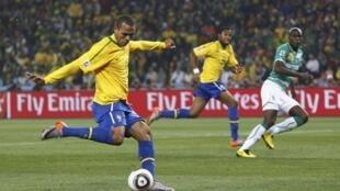 Luis Fabiano fue letal. Su segundo gol fue una joya aunque la repetición por TV muestra que se acomodó la pelota con la mano.