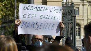 Devant l'hôpital de la Timone à Marseille, des manifestants sont venus accueillir Olivier Véran suite aux nouvelles mesures annoncées pour lutter contre le Covid-19, le 26 septembre 2020.