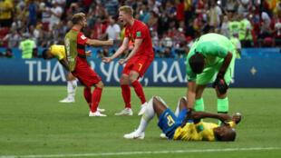 進球的比利時球星德布勞內和隊友慶祝勝利資料圖片