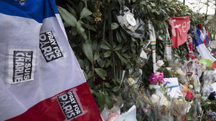 Un mémorial improvisé en hommage aux victimes des attentats terroristes, pour le premier anniversaire de l'attaque terroriste au journal Charlie Hebdo.
