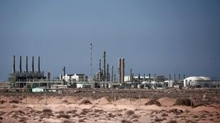 Une vue générale d'une installation pétrochimique dans la ville riche en pétrole de Ras Lanouf le 24 août 2011 à environ 150 kilomètres à l'est de Syrte, porte d'entrée du croissant pétrolier.