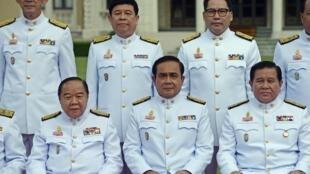 Le général Prawit Wongsuwan (en bas, à gauche), numéro deux de la junte au pouvoir en Thaïlande, possède pas moins de onze montres de luxe... et 2,3 millions d'euros de biens, alors que son salaire mensuel est de 2800 euros.