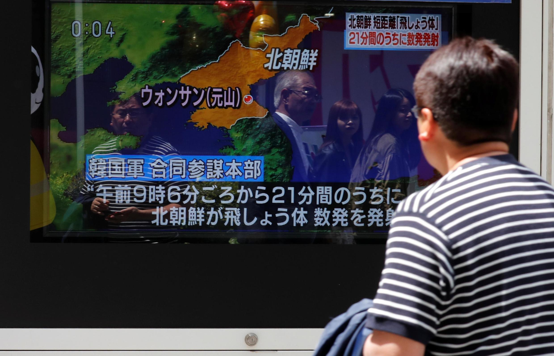Người dân Nhật theo dõi tin Bắc Triều Tiên bắn thử tên lửa qua màn hình TV ngoài phố tại Tokyo ngày 04/05/2019.