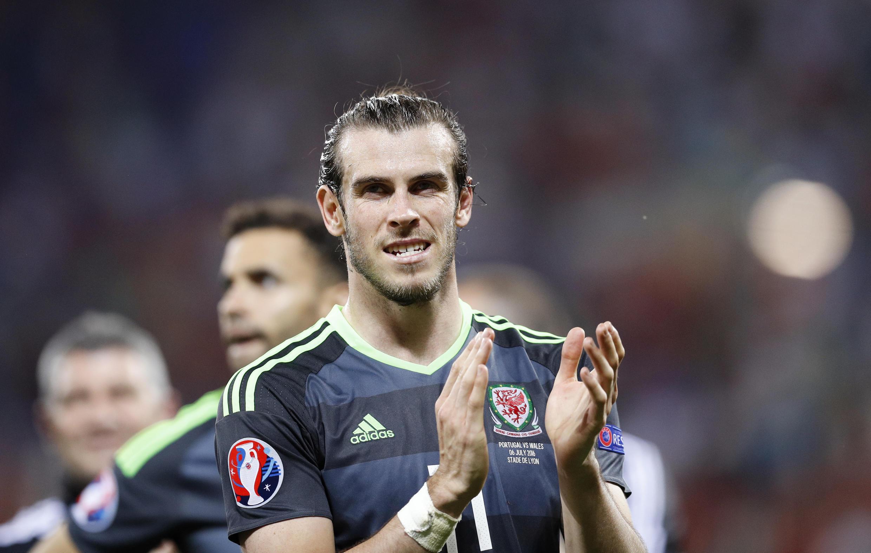 Nahodha wa Wales, Gareth Bale akipiga makofi kuwashukuru mashabiki wa timu yao, baada ya kupoteza dhidi ya Ureno kwenye hatua ya nusu fainali.