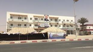 Chaque candidat cherche le plus de visibilité possible. Ici, des affiches installées directement sur les immeubles de Nouakchott, la capitale.