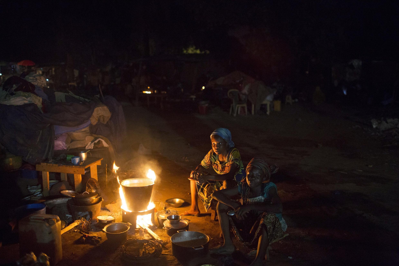 Des femmes préparent à manger dans un camp de déplacés à Bangui.