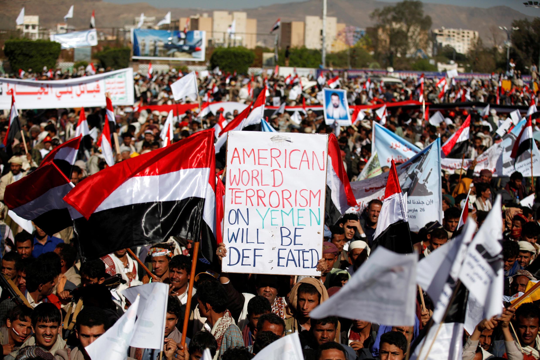 Des militants des rebelles houthis manifestent à Sanaa, trois ans après l'entrée de la coalition arabe dans le conflit au Yémen.