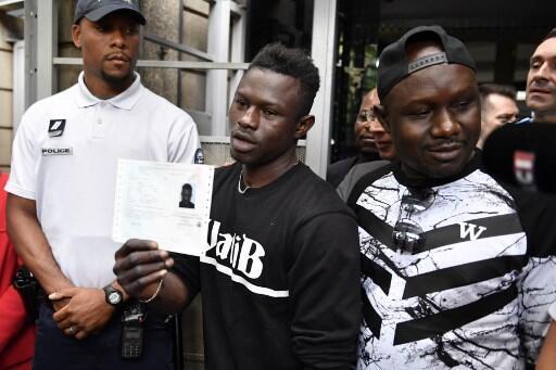 Mamoudou Gassama à la sortie de la préfecture de Seine-Saint-Denis où lui a été remis un titre temporaire de séjour, le 29 mai 2018.
