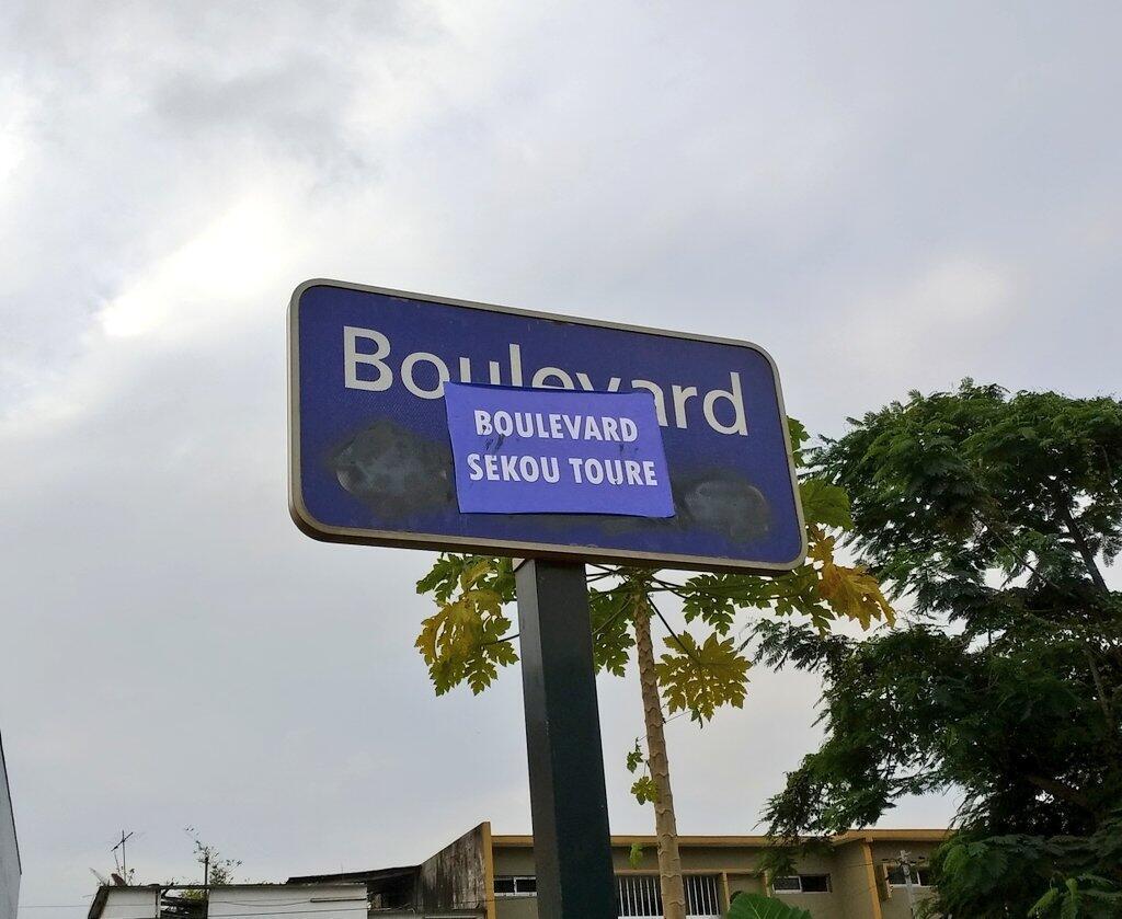 Le Boulevard de France, qui traverse la capitale économique d'est en ouest, a été renommé Boulevard Sekou Touré du nom de l'ancien président guinéen, père du panafricanisme, par de mystérieux militants.