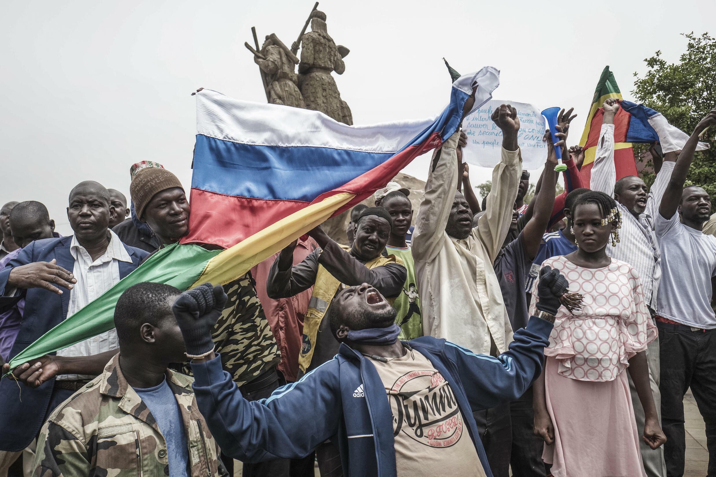 Banderas rusas y malienses son ondeadas por manifestantes en Bamako, durante una manifestación contra la influencia francesa en el país, el 27 de mayo de 2021