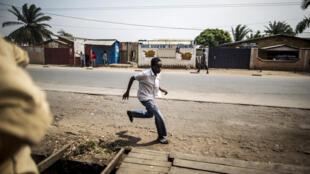 Un homme fuit les violences dans le quartier de Cibitoke. Sept personnes ont été tuées, dont un policier. Bujumbura, le 1er juillet 2015.